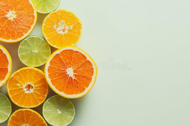 彩色背景上柑橘片的组合物 库存图片