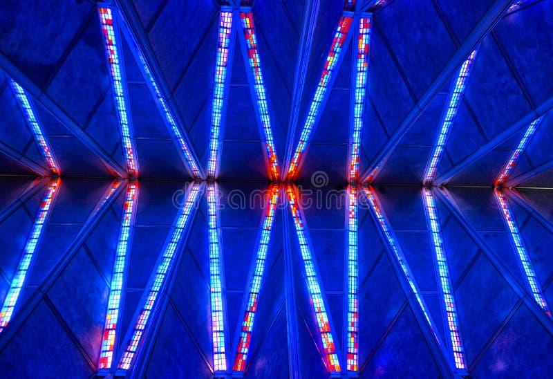 彩色玻璃在美国空军学院教堂的教堂天花板科罗拉多泉的 库存照片