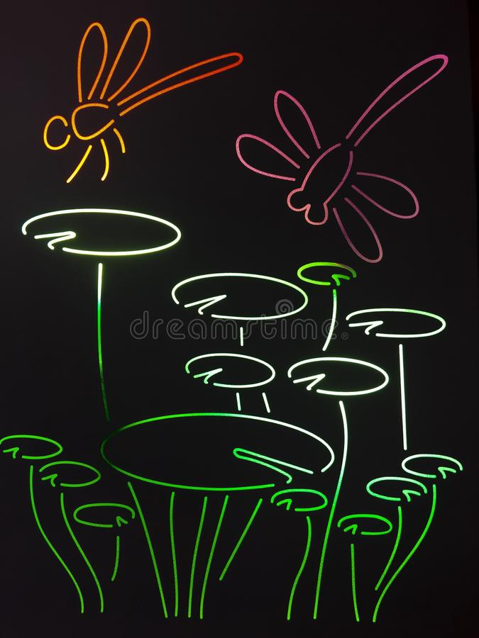 从彩色玻璃的五颜六色的蜻蜓 皇族释放例证