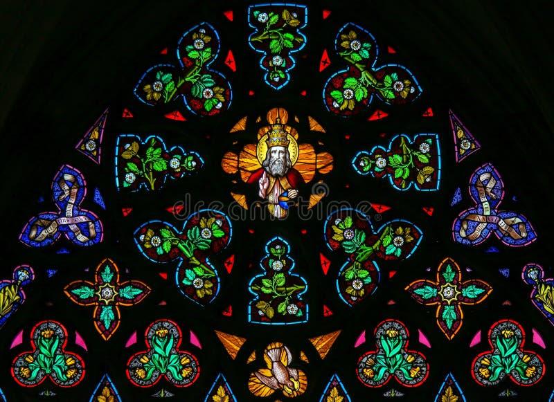 彩色玻璃-上帝在天堂 免版税库存图片
