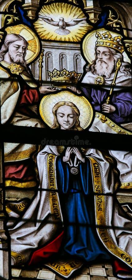 彩色玻璃-保佑的维尔京的加冕由圣洁三的 免版税库存照片