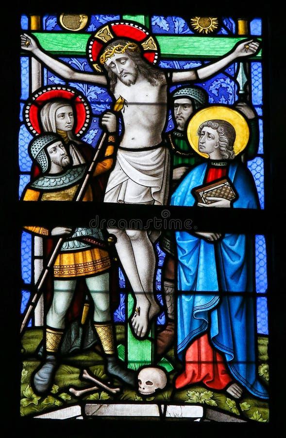 彩色玻璃-十字架的耶稣 库存图片