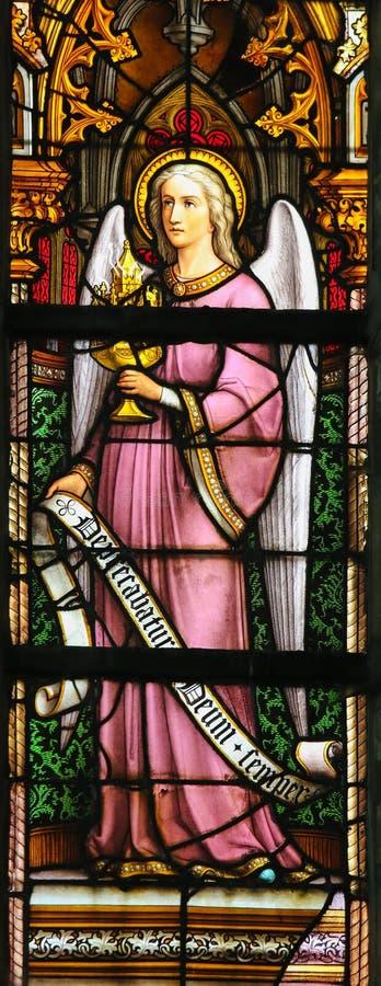 彩色玻璃-拿着圣体匣的天使 图库摄影