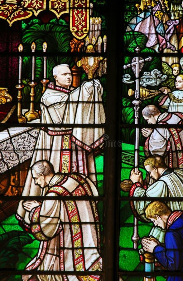 彩色玻璃-拿着圣体匣的主教 库存图片