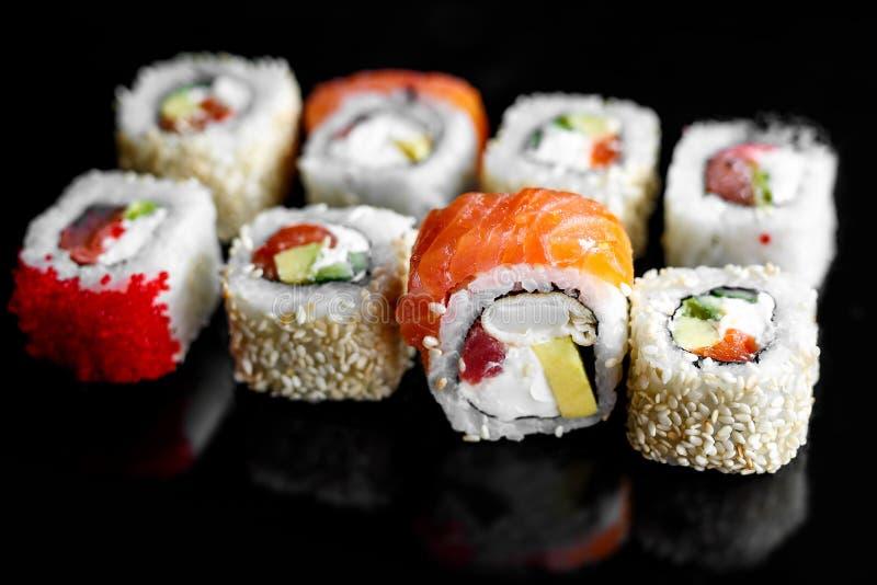 彩虹与三文鱼,鳗鱼,金枪鱼,鲕梨,皇家大虾,奶油奶酪Philadelphi的寿司卷 寿司菜单 日本食物 库存图片