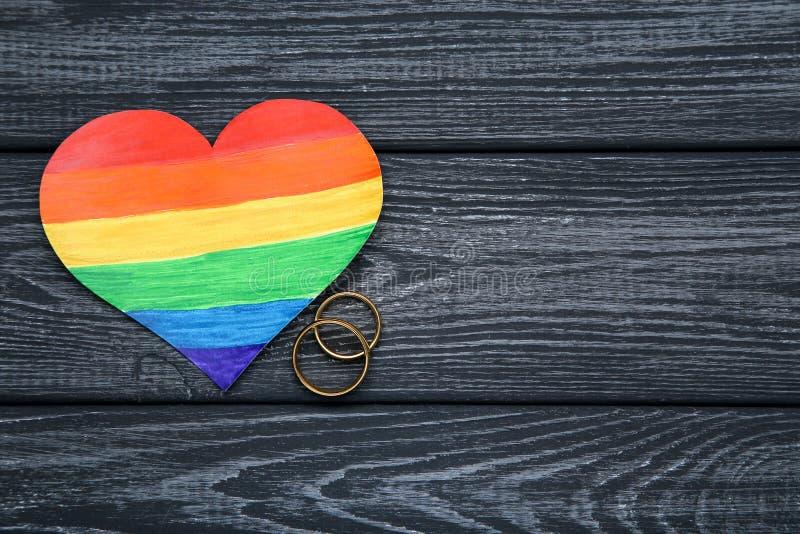 彩虹与圆环的纸心脏 图库摄影