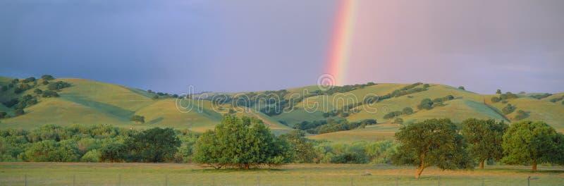 彩虹和绵延山我 库存照片