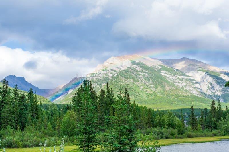 彩虹在加拿大落基山脉 库存照片