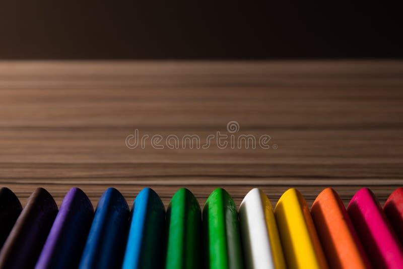彩虹在木背景的颜色铅笔 库存照片