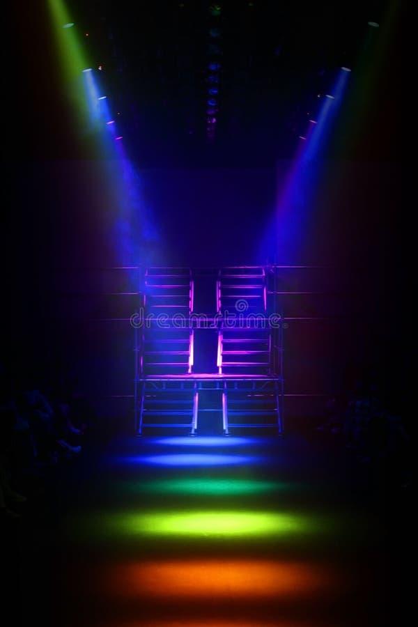 彩虹斑点在金属台阶建筑的颜色背景作为Ru 免版税库存图片