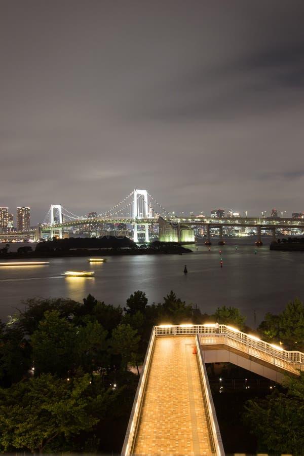 彩虹桥和周围的东京湾地区夜视图如被看见从Odaiba, Minato,东京,日本 免版税图库摄影
