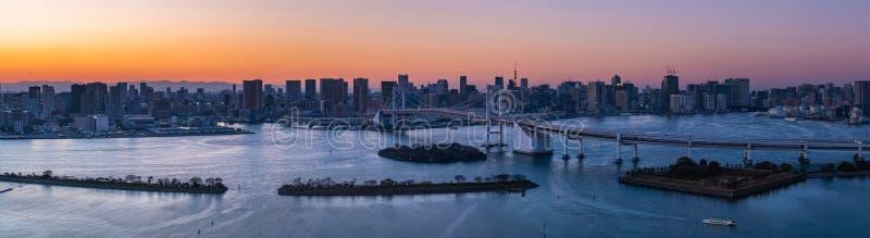 彩虹桥梁和东京铁塔全景场面在御台场,日本,东京 免版税库存照片