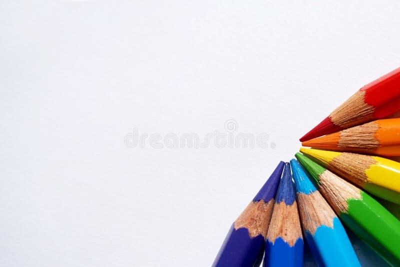 彩虹由红色,橙色,黄色,绿色,蓝色,深蓝制成和紫色上色了铅笔 免版税库存图片