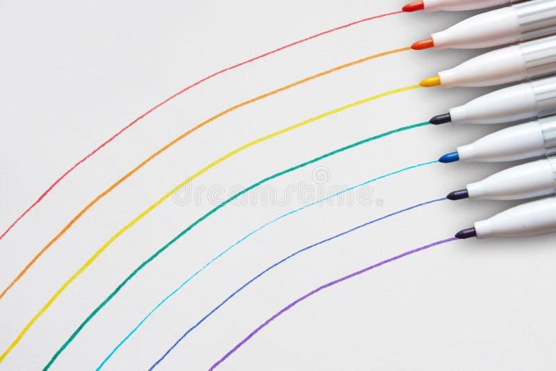 彩虹画与一支稀薄的笔 免版税库存照片