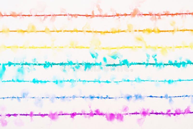 彩虹画与稀薄的色的笔在水中传播 库存图片