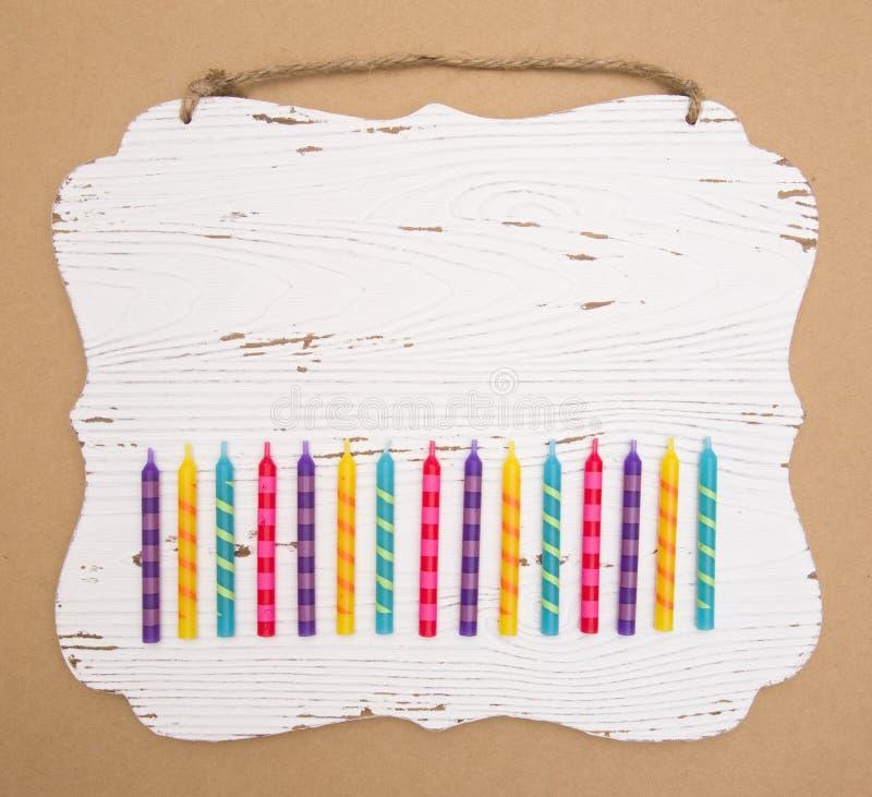 彩虹色的生日蜡烛背景 免版税库存照片