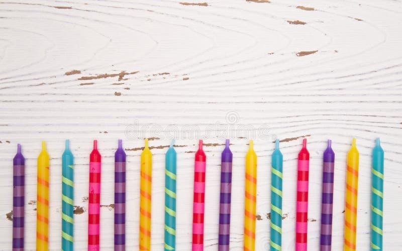 彩虹色的生日蜡烛背景 免版税库存图片