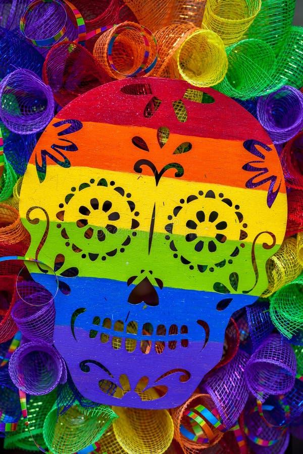 彩虹色的糖头骨花圈 库存图片