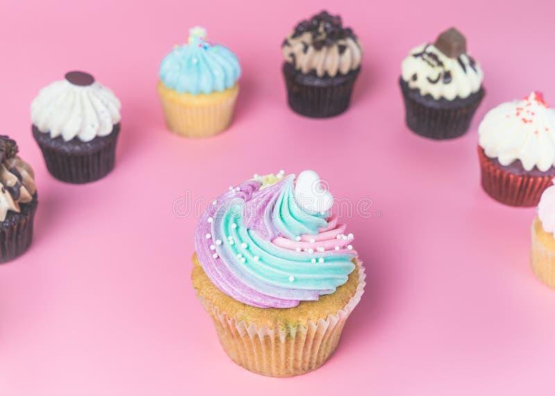 彩虹花梢杯形蛋糕用微型杯形蛋糕 免版税库存照片