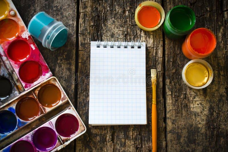 水彩,树胶水彩画颜料棚子,毛笔画,笔记薄,布局老木 免版税库存照片