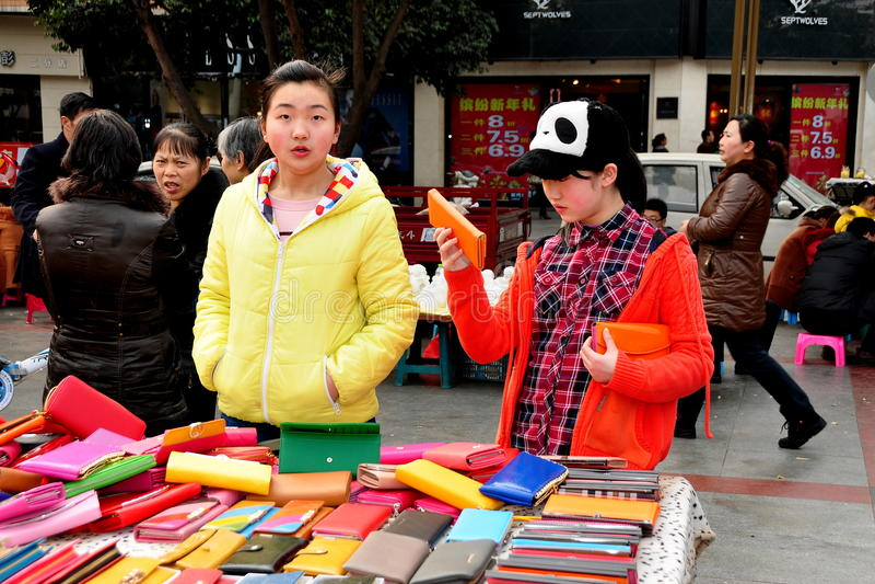 彭州,中国: 青少年女孩购物 库存照片