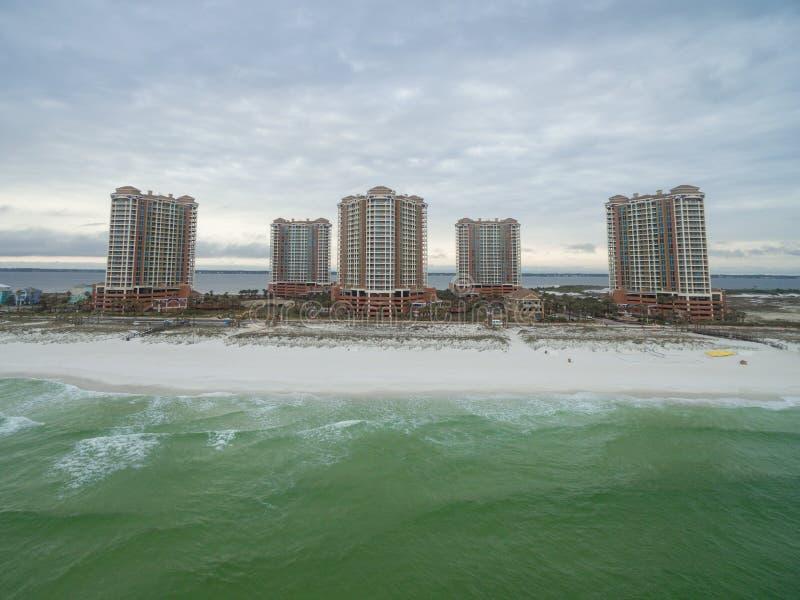 彭萨科拉,佛罗里达- 2016年4月13日:墨西哥湾和菲诺港与沙滩的海岛度假村大厦在彭萨科拉 免版税库存照片