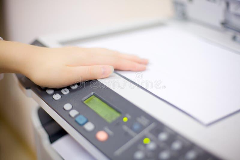 影印机现有量s妇女 库存照片