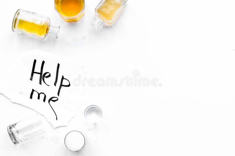 影响酒精平衡模糊不清的瓶脑子协调睡意被喝被注视的恶习跟随查找损失人恶心贫寒进程回应减慢的更慢的被忽略的演讲想法时间不协调的非常呕吐方式酒的藏品 Drunkennes 词在玻璃和瓶附近帮助我在白色背景顶视图复制空间 免版税库存图片