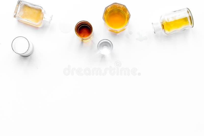 影响酒精平衡模糊不清的瓶脑子协调睡意被喝被注视的恶习跟随查找损失人恶心贫寒进程回应减慢的更慢的被忽略的演讲想法时间不协调的非常呕吐方式酒的藏品 Drunkennes 玻璃和瓶在白色背景顶视图拷贝空间 免版税库存图片