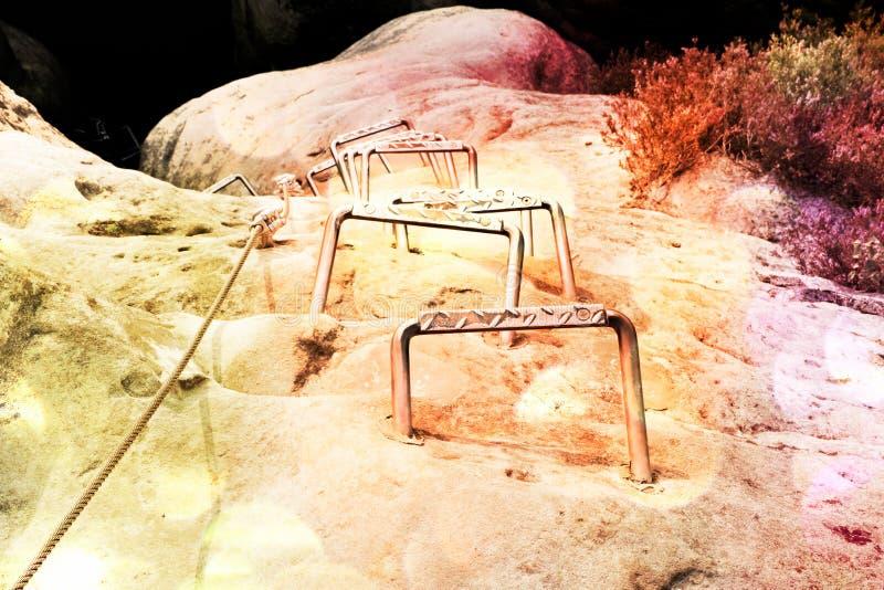 影片作用 登山人梯子 电烙在块固定的扭转的绳索由螺丝短冷期勾子 查出的绳索白色 库存照片
