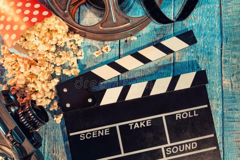 影片照相机黑板、卷和玉米花 库存照片