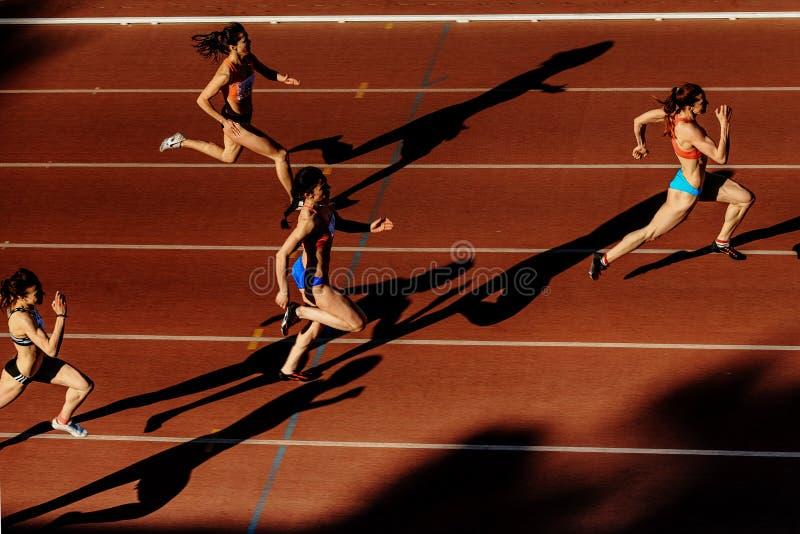 阴影赛跑者妇女在体育场的短跑种族 库存照片