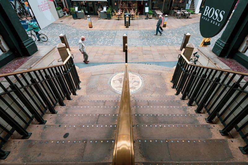 彻斯特,英国- 2019年6月26日:格罗夫纳购物中心,Chestershire,英国的台阶在彻斯特中间的 免版税库存图片