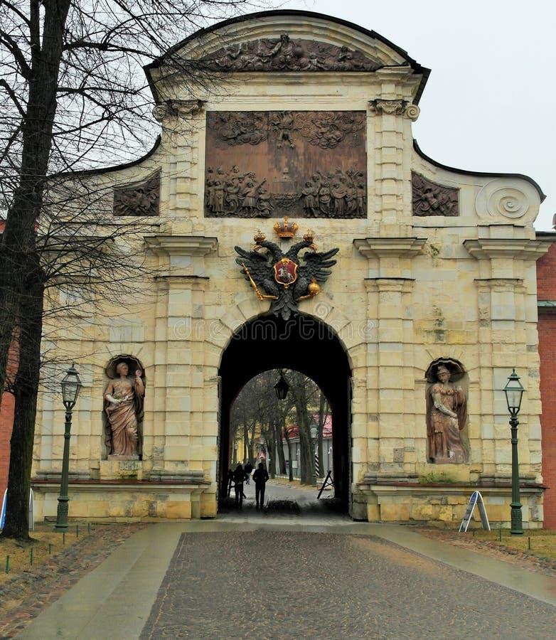 彼得和保罗堡垒和圣彼德堡门  库存照片