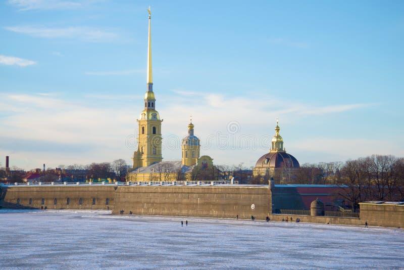 彼得和保罗大教堂在彼得和保罗堡垒在1月天 桥梁okhtinsky彼得斯堡俄国圣徒 图库摄影