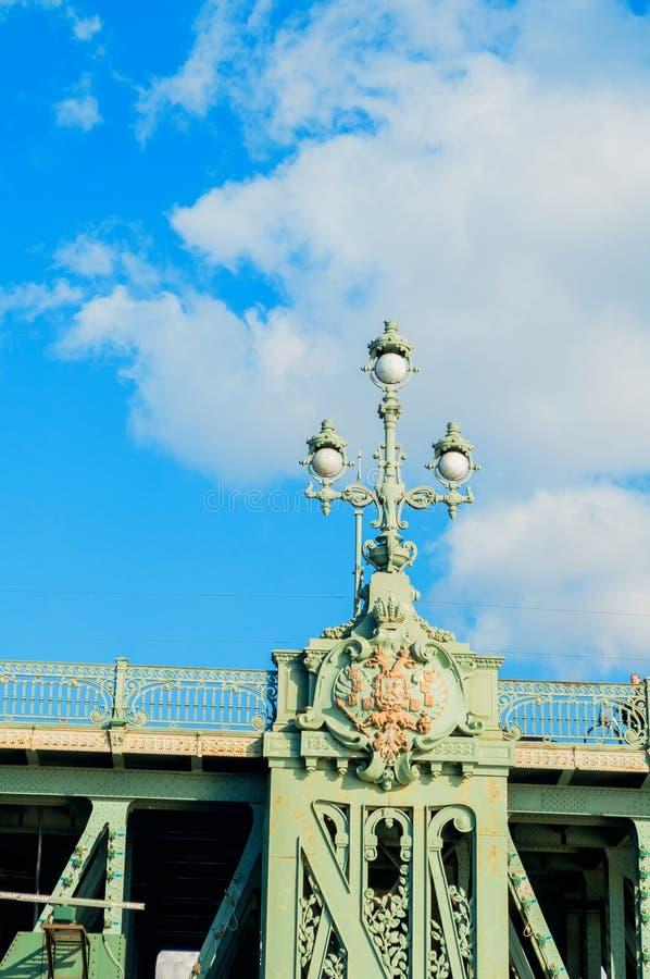 彼得斯堡俄国st 三位一体桥梁-横跨内娃的开启桥特写镜头在圣彼德堡,俄罗斯 库存照片