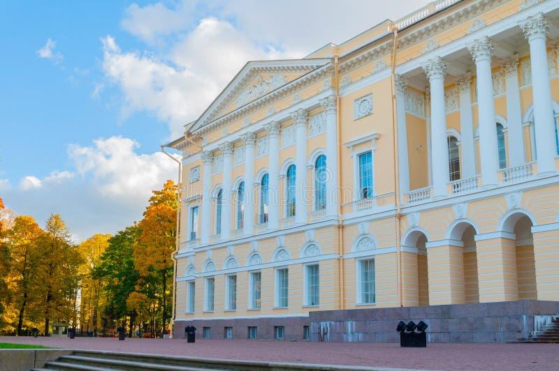 彼得斯堡俄国st 北门面Michaels宫殿,修造圣彼德堡状态俄国博物馆  图库摄影