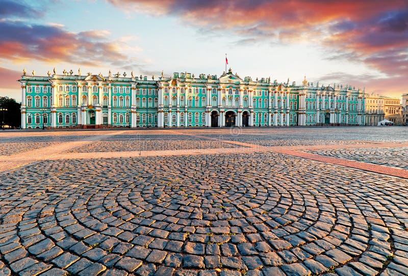 彼得斯堡圣徒查阅 冬宫广场,偏僻寺院-俄罗斯全景  库存照片