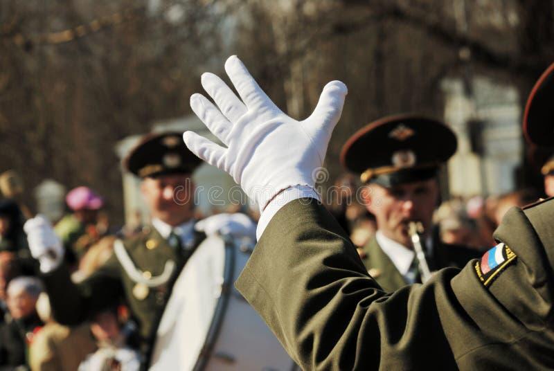 彼得罗扎沃茨克,俄罗斯� 9 :在一副白色手套的指挥手 库存图片