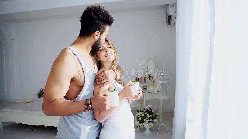 彼此相爱的嫩早晨好人民在轻的卧室Ne 库存照片