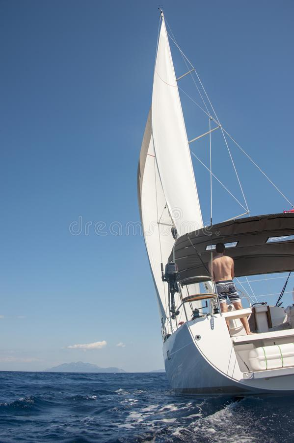 往一个海岛的人航行在克罗地亚 免版税库存照片