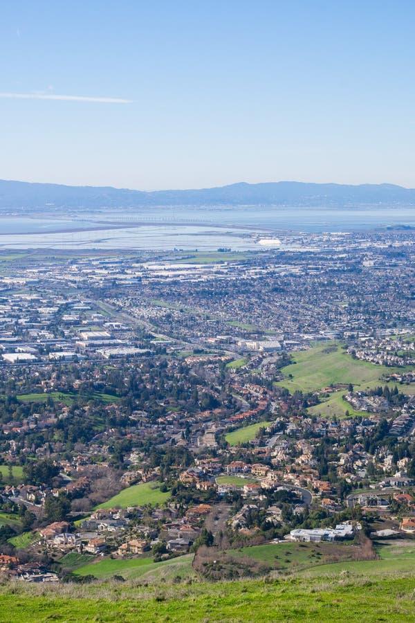往东部旧金山湾和敦巴顿橡树园桥梁镇的看法从足迹的到使命峰顶,加利福尼亚 库存照片