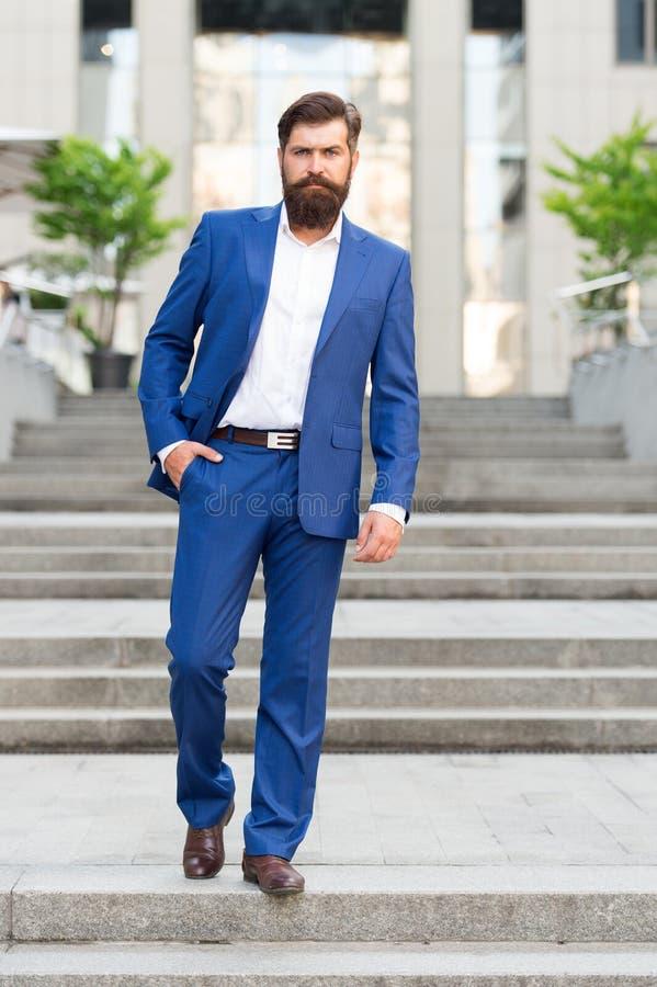 往企业成就 征服企业世界 确信在台阶的办公室工作者步 去的有胡子的人 库存照片