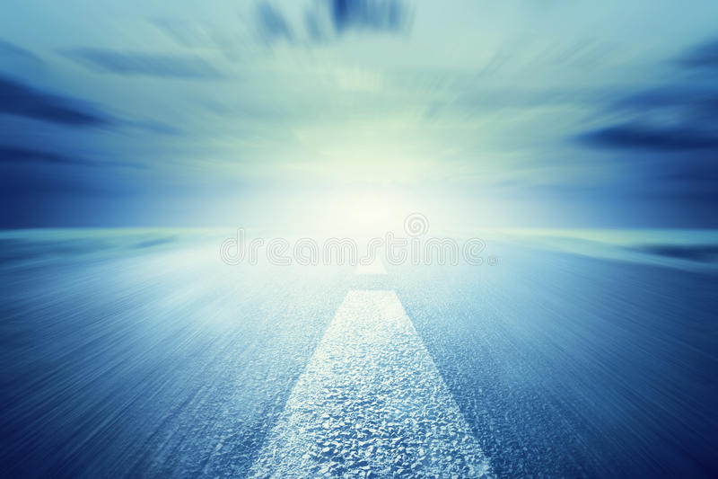 往光的长的空的柏油路 行动,速度 库存图片
