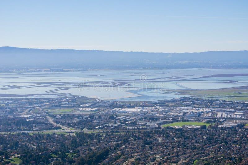 往南旧金山湾沼泽和堤坝的看法从足迹的到使命峰顶,加利福尼亚 库存图片