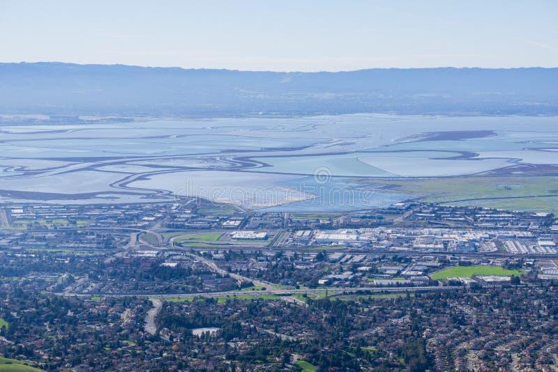 往南旧金山湾沼泽和堤坝的看法从足迹的到使命峰顶,加利福尼亚 免版税库存照片