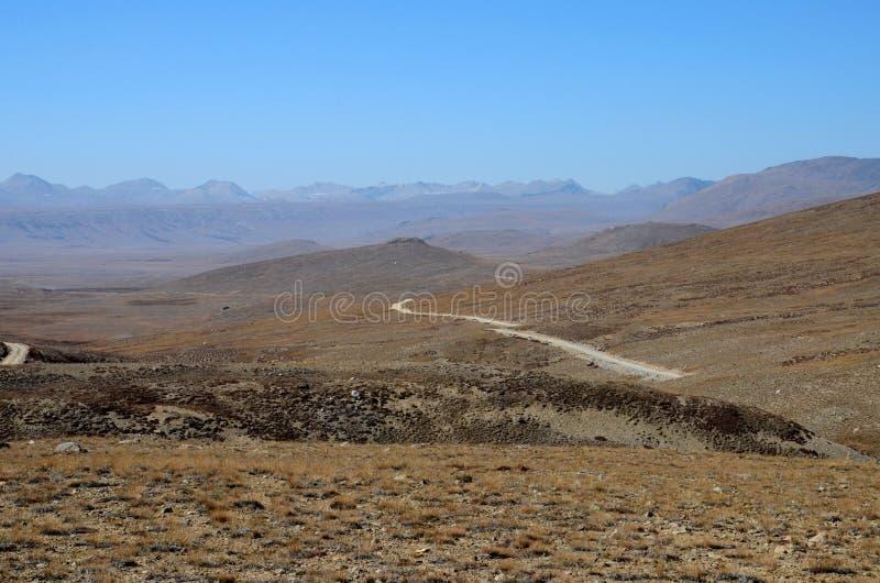 往印度边境Deosai国家公园斯卡都基尔吉特Baltistan巴基斯坦的路 免版税库存照片