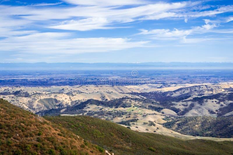 往围拢斯托克顿的谷的看法;山脉山在背景中 免版税库存照片