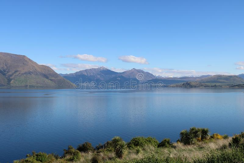 往昆斯敦和本洛蒙德NZ的瓦卡蒂普湖 免版税库存照片