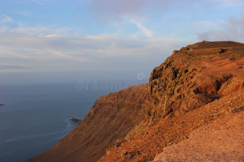 往海的火山的山景 库存照片